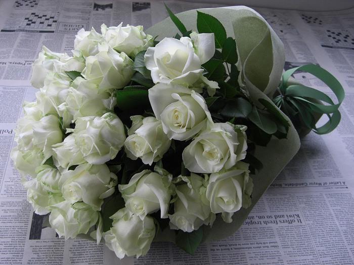 Букет из белых роз бэк королев